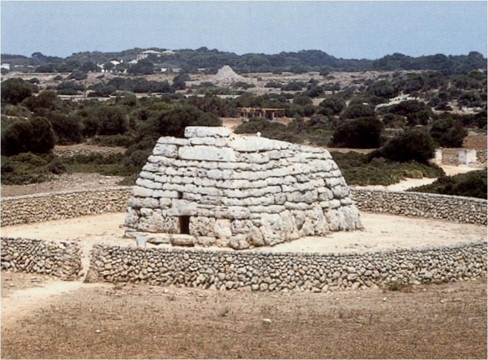 2- Navetas - Construcciones balcánicas correspondientes a los tiempos de la Edad de Bronce.