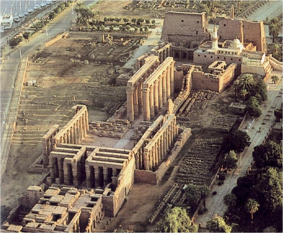 3- Templo de Luxor, consagrado a Amón - Una obra de los faraones egipcios Amenofis III y Ramsés II