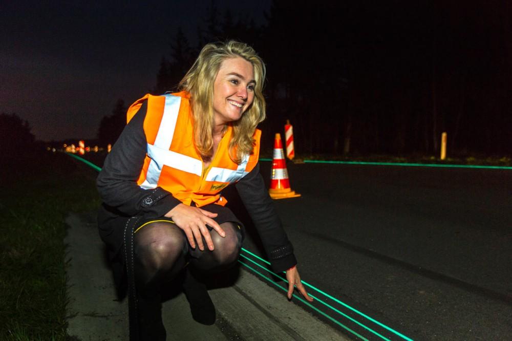 Smart-Highway-Glowing-Lines-Daan-Roosegaarde-7
