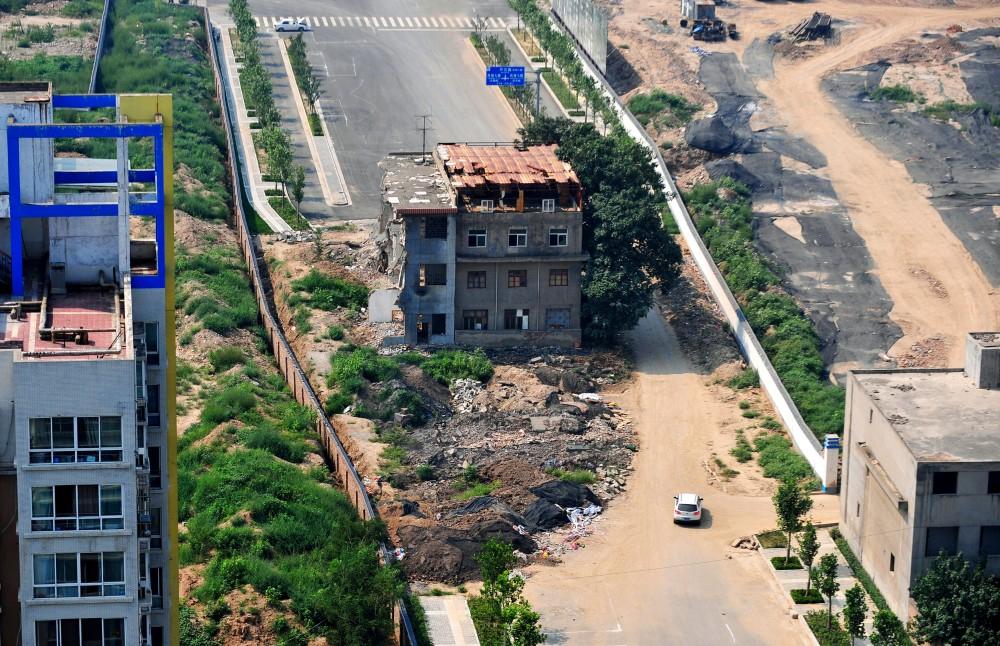 Vivienda en X'ian, cuyos propietarios rechazaron la expropiación y viven sin agua ni electricidad. Image © Vía Quartz