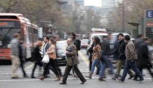 adultos mayores cruzar las calles