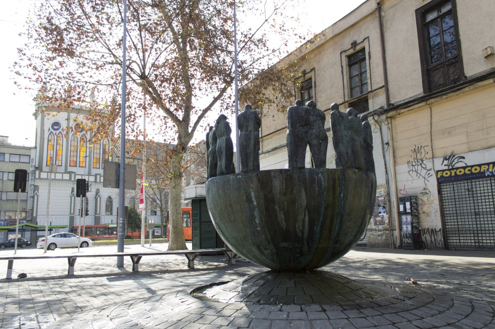 Fuente del Encuentro de Mario Irarrázabal Covarrubias en Barrio República 1