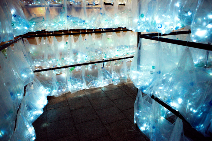 Laberinto de residuos plasticos luzinterruptus 10