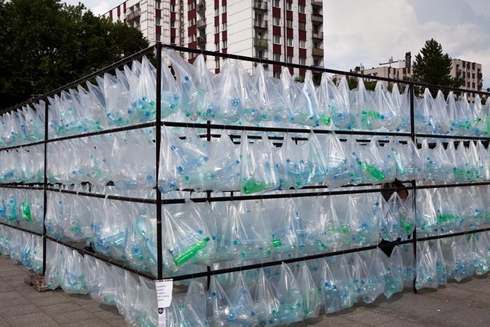 Laberinto de residuos plasticos luzinterruptus 19