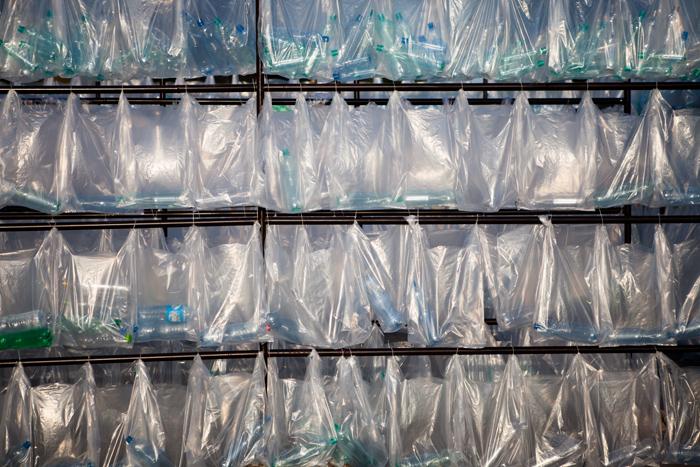Laberinto de residuos plasticos luzinterruptus 20