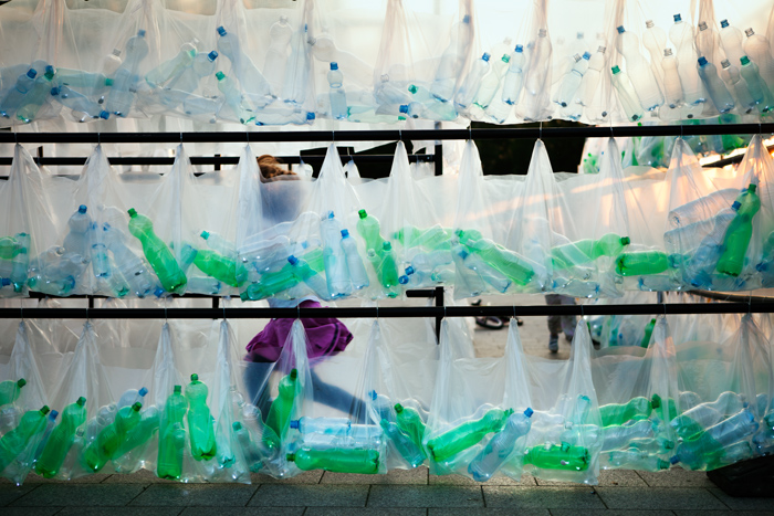 Laberinto de residuos plasticos luzinterruptus 26