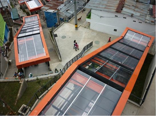 Escaleras Mecánicas barrios Las Independencias 1. Medellín, Colombia.