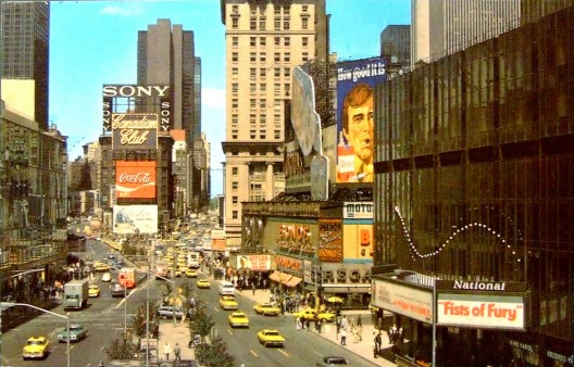 Times Square en 1973, cerca del final de la era de Robert Moses, estaba dominado por vehículos. Imagen © Flickr CC User Bastian