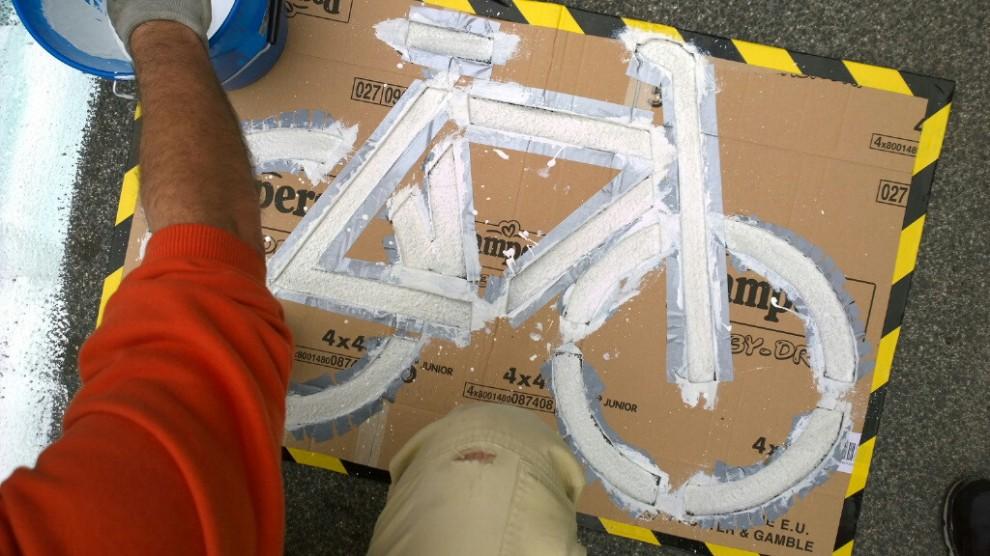 ciclistas pintan ciclovia roma 2