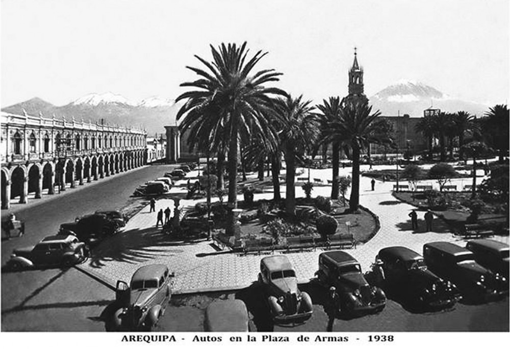 Arequipa, autos en la Plaza de Armas 1938. Foto: Arequipa de antaño. Extraída de su sitio web en Noviembre 2014.
