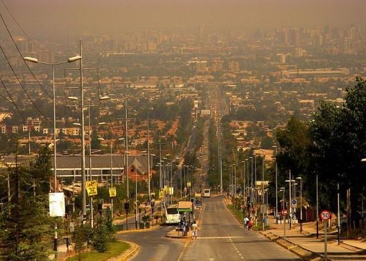 Avenida Grecia en Peñalolén. © Ariel Cruz Pizarro, vía Wikimedia Commons.