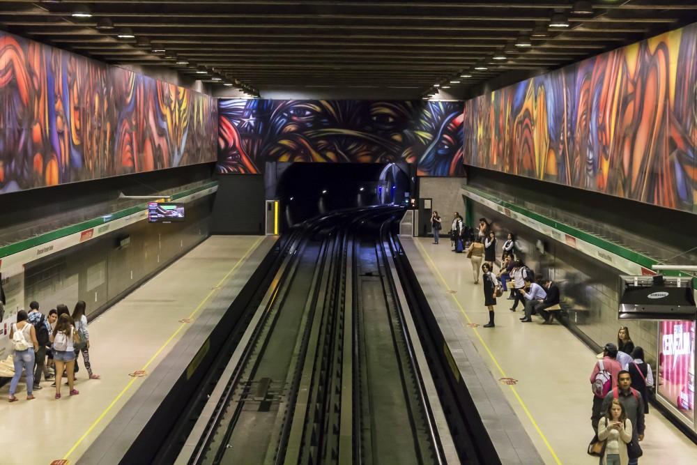mural vida y trabajo en metro parque bustamante por andrea manuschevich para plataforma urbana