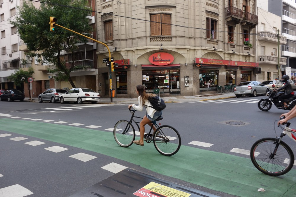 Ciclovía en el centro de Buenos Aires. © alexk100_part2, vía Flickr.