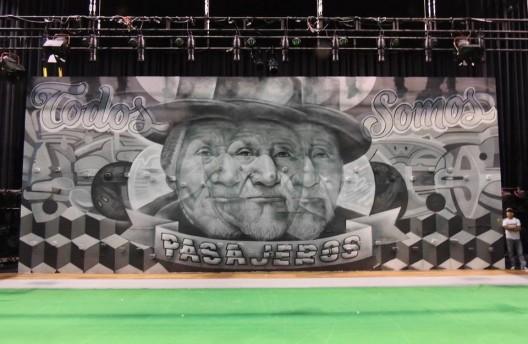 """Mural entre Elliot Túpac y el Decertor para la obra """"El espejo en tus ojos"""" en el Gran Teatro Nacional, Lima (2013). Image Imagen vía Fan Page el Decertor"""