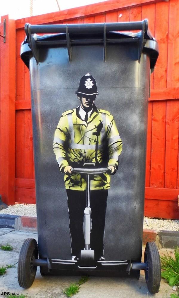 policia en basurero por JPS