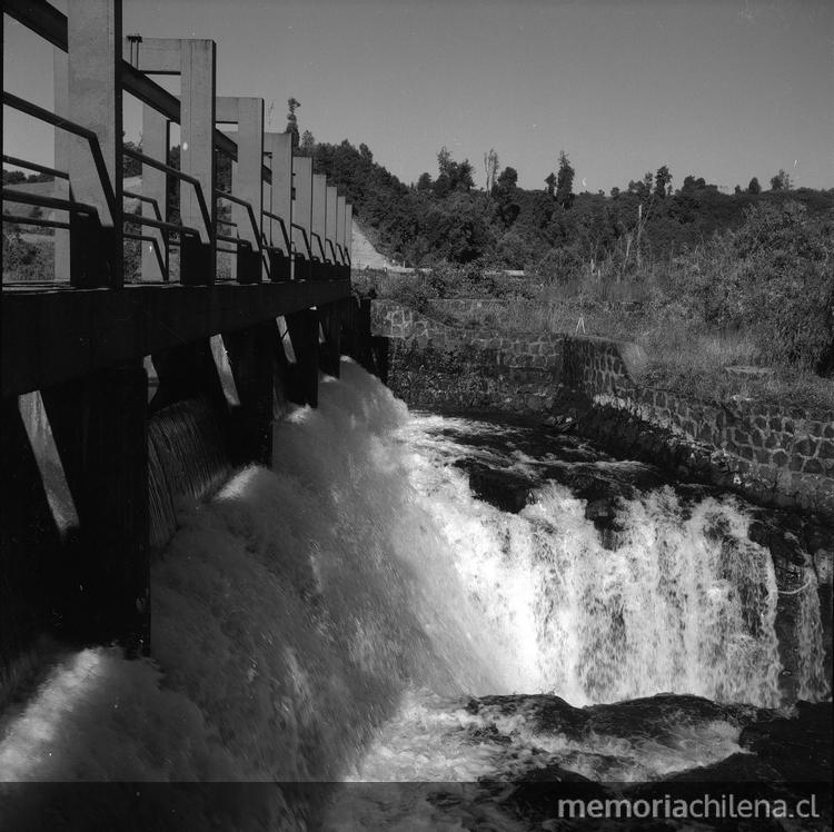 Compuertas de la Central Hidroelectrica Pilmaiquen, hacia 1960