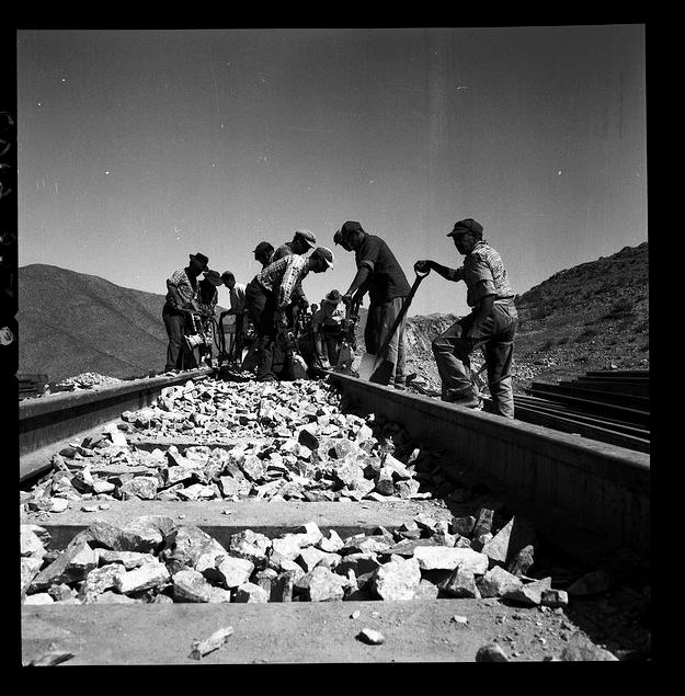 Construcción de las líneas férreas para conectar las minas de hierro con el puerto. Vallenar, III Región. © Luis Ladrón de Guevara L, vía Flickr.