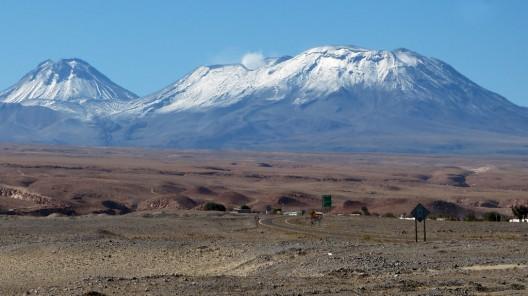 Desierto de Atacama con los volcanes Lascar y Aguas Calientes de fondo. © Mariano Matel (Miradortigre, vía Flickr).