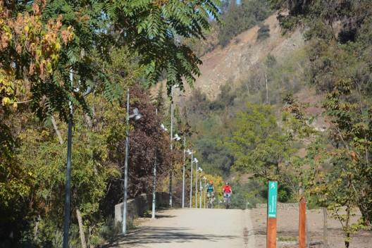 Nuevo tramo del Paseo Borde del Parque Metropolitano de Santiago. © Parquemet