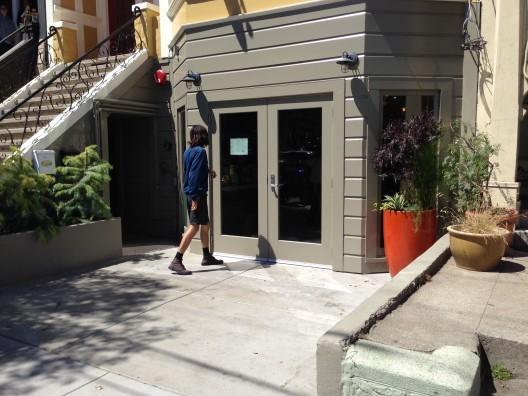 Frontis de Reveiville Café antes de ser intervenido. Fuente: Streets Blog.