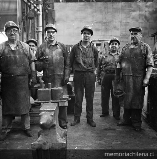 Trabajadores de la Maestranza de Huachipato, Compañía de Acero del Pacífico, hacia 1960