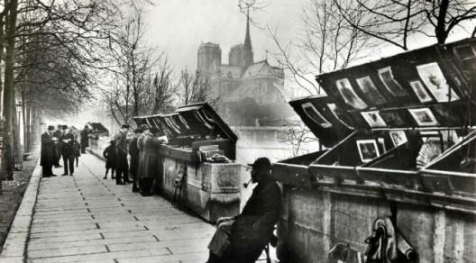 """""""Les Bouquinistes"""" en el Banks de la Seine, París. Letiene, Francois. Les Bouquinistes du Quai de la Tournelle. Trésors et secrets de París [En Línea]. 29 de diciembre de 2011."""