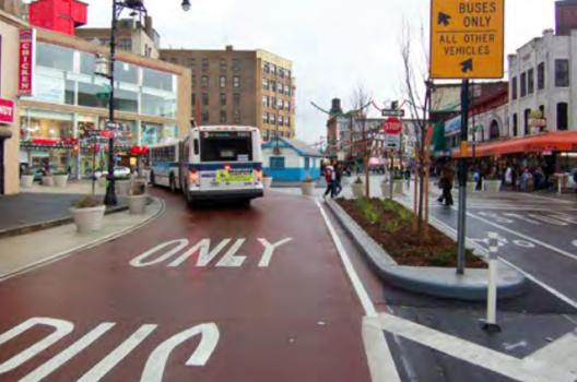 Pista segregada para buses. Fuente: Manual de Diseño de Calles de Nueva York.