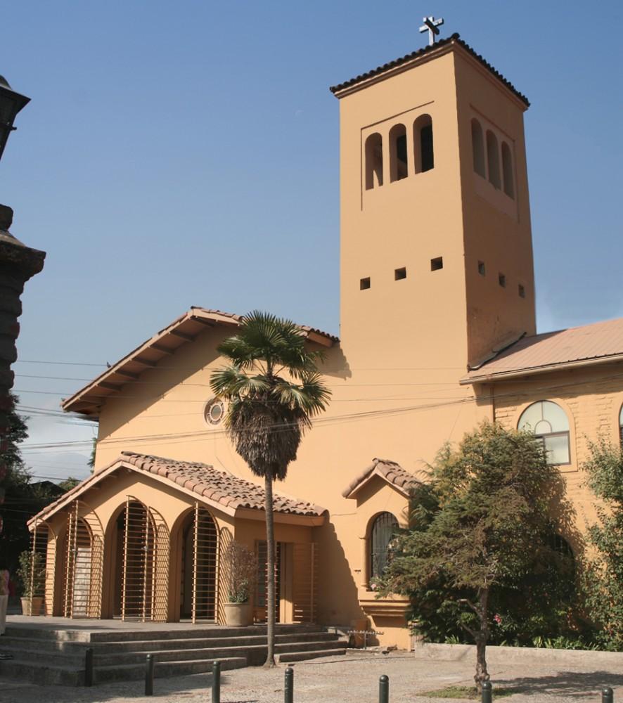 Iglesia Santa Rosa, Lo Barnechea. © ambbar, vía Flickr.