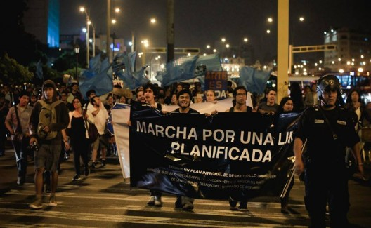 Estudiantes de arquitectura marchando el pasado 08 de mayo. Image vía Unión de Estudiantes de Arquitectura de Lima (Facebook)