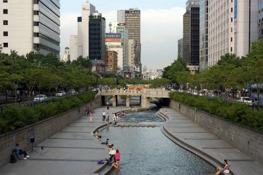 Parque Cheonggyecheon en Seúl, Corea del Sur. © longzijun, vía Flickr.
