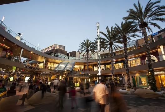 El centro comercial Santa Monica Place, que gracias a la sostenibilidad de su transformación ha recibido la certificación LEED. Image Cortesia de Macerich (Creative Commons)