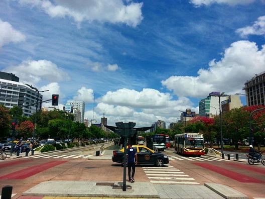 Avenida 9 de julio, Buenos Aires, Argentina. © mat-, vía Flickr.