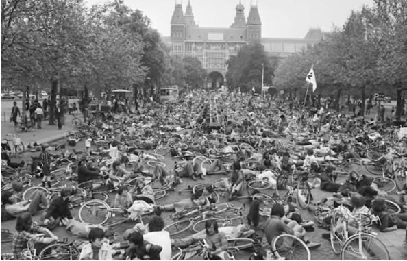 Protesta de ciclistas durante 1975 exigiendo más y mejores ciclovías en Ámsterdam