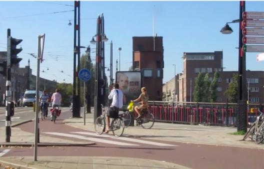 Ciclovía formalizada sobre el mismo puente en Ámsterdam hoy en día