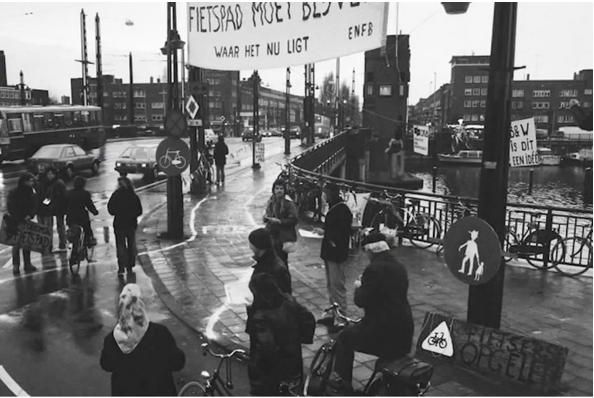 Ciclovía improvisada sobre un puente. Ámsterdam 1974