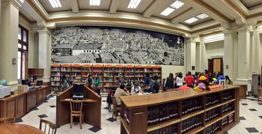 Inauguración de mural de Luis Coirón en Biblioteca Nacional. Foto via Consejo de Monumentos Nacionales en Twitter.