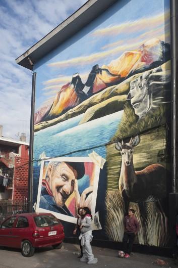 """Mural """"La Patagonia también es parte de Chile"""" por Gonzalo Ibarra en el Museo a Cielo Abierto en San Miguel."""