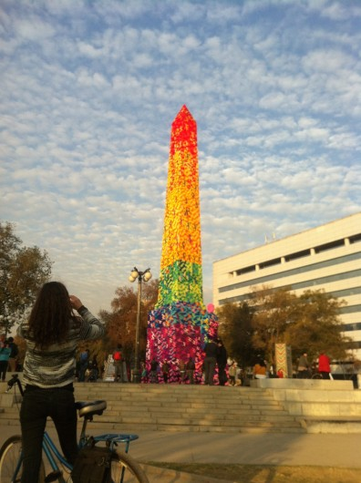 """""""Monumento de la Diversidad"""" por Olek en Obelisco Balmaceda."""
