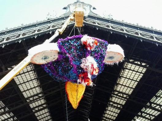 """""""Piñata de la Fortuna"""" por el Colectivo LEV en l Estación Central."""