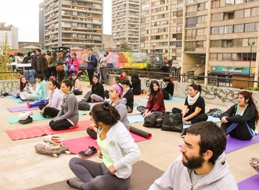 Pasarelas de la Remodelacion San Borja. Foto por Pop - Up Yoga Sand, vía Facebook Pasarelas Verdes.