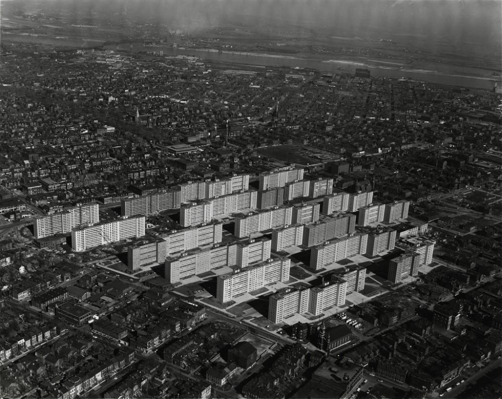 El conjunto de de viviendas sociales Pruitt-Igoe, construido en 1954 y demolido en 1972. Imagen © The Pruitt-Igoe Myth
