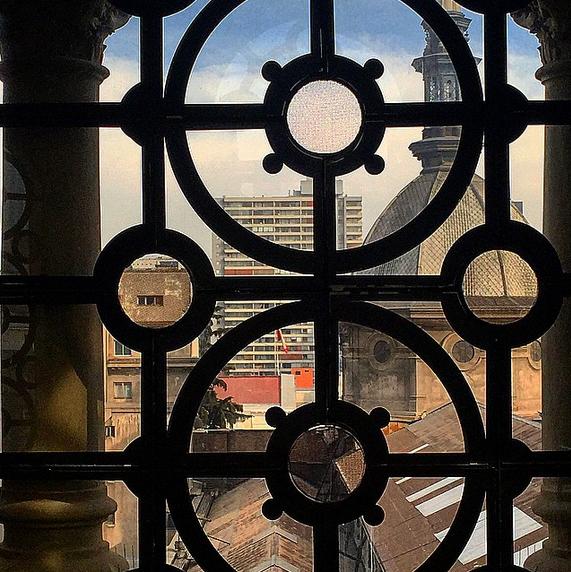 Desde la catedral Metropolitana de Santiago de Chile. Foto por @santiagoadicto en Instagram