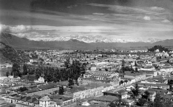 Panorámica de la comuna de Recoleta desde el cerro San Cristóbal, 1942. Autor: Enrique Mora. Cortesía @enterrenochile