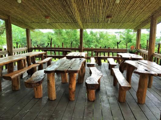 Los locales hicieron los bancos y mesas de los árboles que cayeron durante el tifón.
