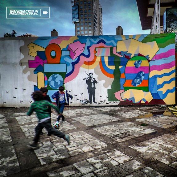 Niños jugando en el GAM. Stencil Blek le Rat, graffiti Basco Vazko Cortesia WalkingStgo