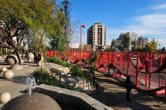 Parque Bicentenario de la Infancia, acceo por Recoleta del Parque Metropolitano de Santiago. © Teresita Pérez para Plataforma Urbana
