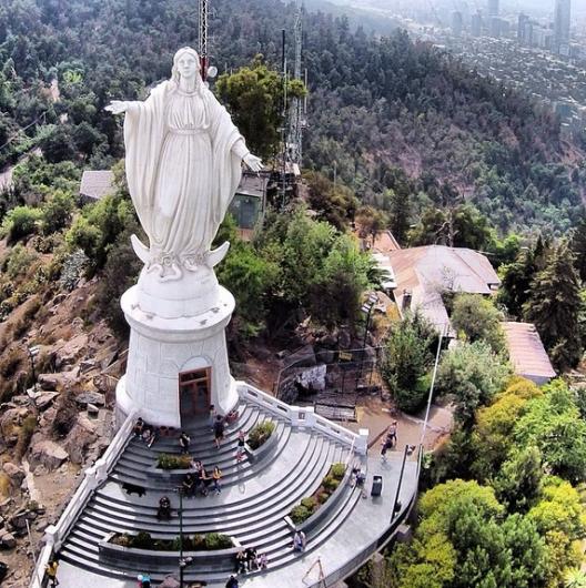 Virgen del cerro San Cristobal en el Parque Metropolitano de Santiago Cortesia Fotos Aereas