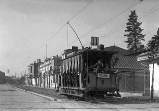 Avenida Providencia esquina José Miguel Infante en 1920. Fuente: Alberto Sironvalle (alb0black en Twitter).