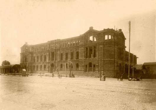 Construcción de la Casa Central de la Universidad Católica en 1915. Fuente: Alberto Sironvalle (alb0black en Twitter).