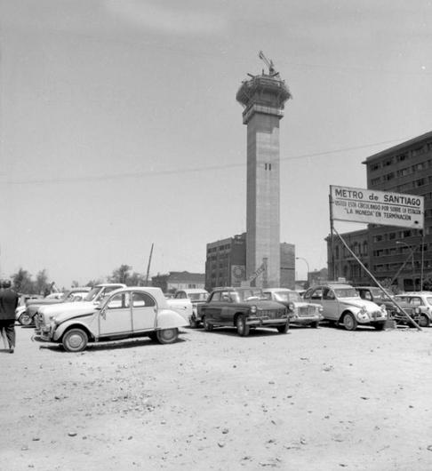 Construcción de la Torre Entel y de la Estación Moneda del Metro de Santiago en 1973. Fuente: Alberto Sironvalle(@alb0black en Twitter).